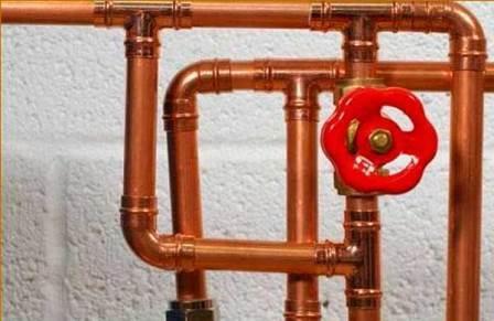 Водопровод из медных труб с запорной арматурой