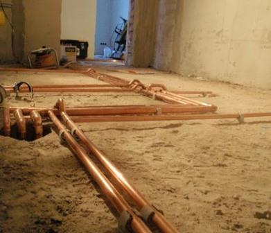 Закладка медной трубы в основание напольной стяжки