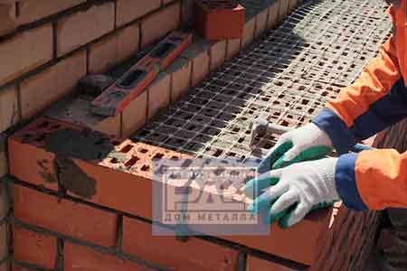 Кирпичная кладка с использованием арматурной сетки